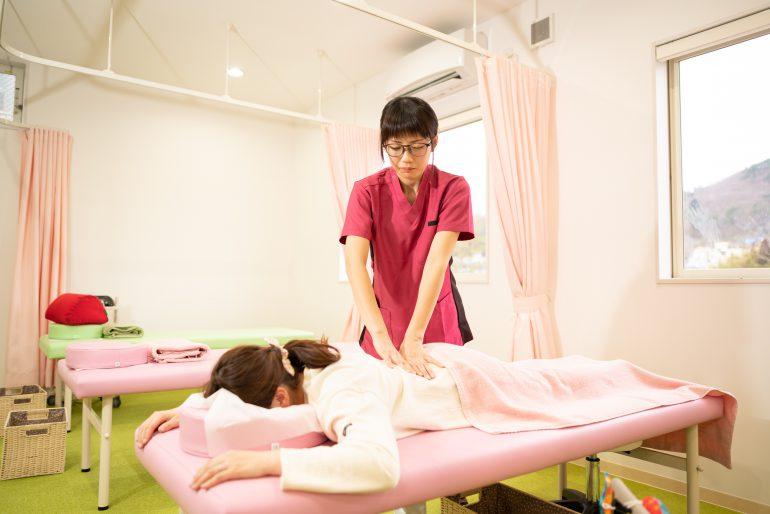 腰痛や足の痛み・痺れの原因となっている箇所を見つけ、そこにアプローチする施術